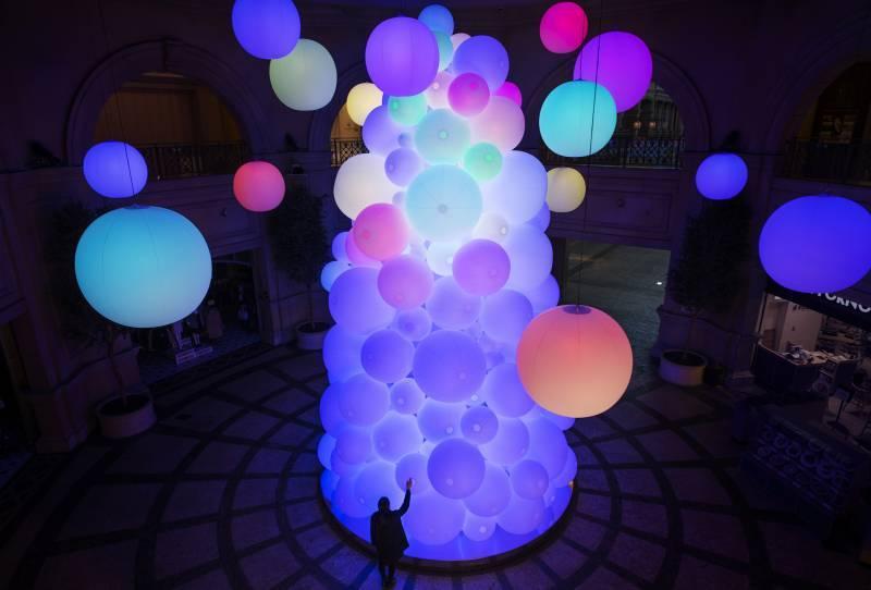 呼応して変化する巨大でインタラクティブな光のツリー!!