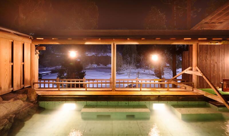 【銀山温泉 仙峡の宿 銀山荘】 絶妙な角度の寝湯に体を委ねて