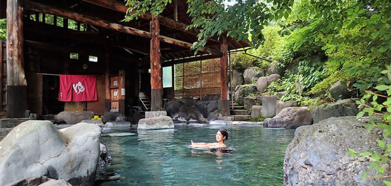 【水上温泉 天狗の湯 きむら苑】 およそ100㎡の大露天風呂で新鮮な自家源泉が楽しめる。