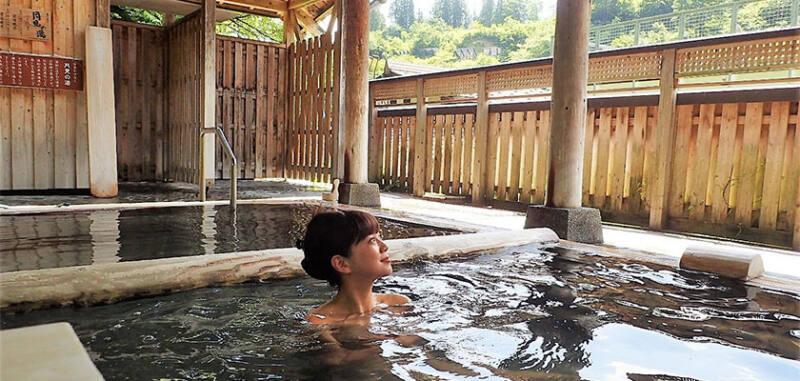 【松之山温泉 ひなの宿 ちとせ】 四季の眺めと空気を感じる贅沢なひと時の湯