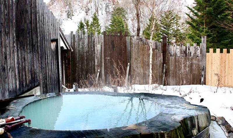 【奥山田温泉 レッドウッドイン】 巨木をくり抜いた露天風呂は一見の価値あり