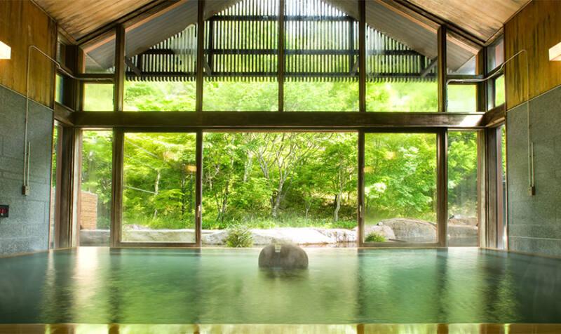 【星野温泉 トンボの湯】 深さ90cmの檜風呂でゆるりと雪景色を堪能